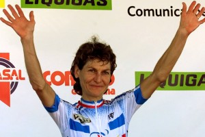 French cyclist Jeannie Longo-Ciprelli waves on the podium after the elite women's time trial 2001 World Championship in Lisbon October 10, 2001. Longo-Ciprelli won the race in 29 minutes 08.55 seconds to become the 2001 champion. - RTXKTQ2